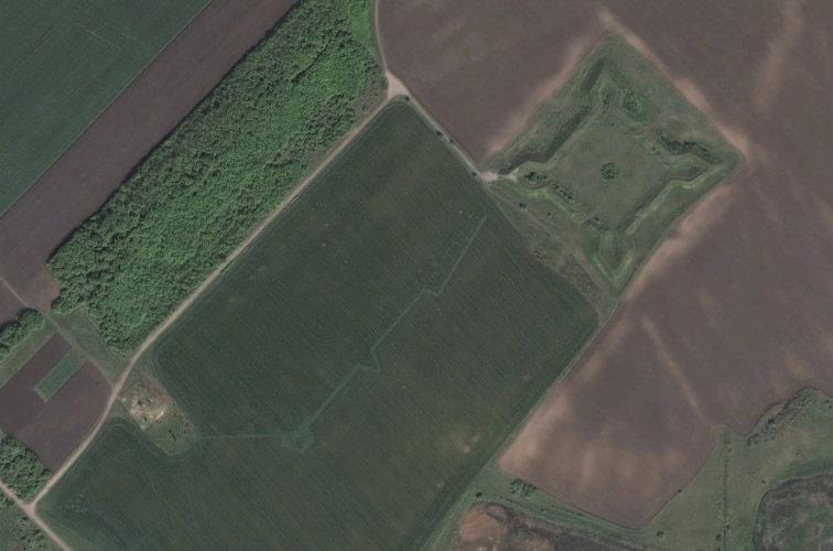 Слободская крепость и след от вала с реданом и бастионом на Bing Maps.